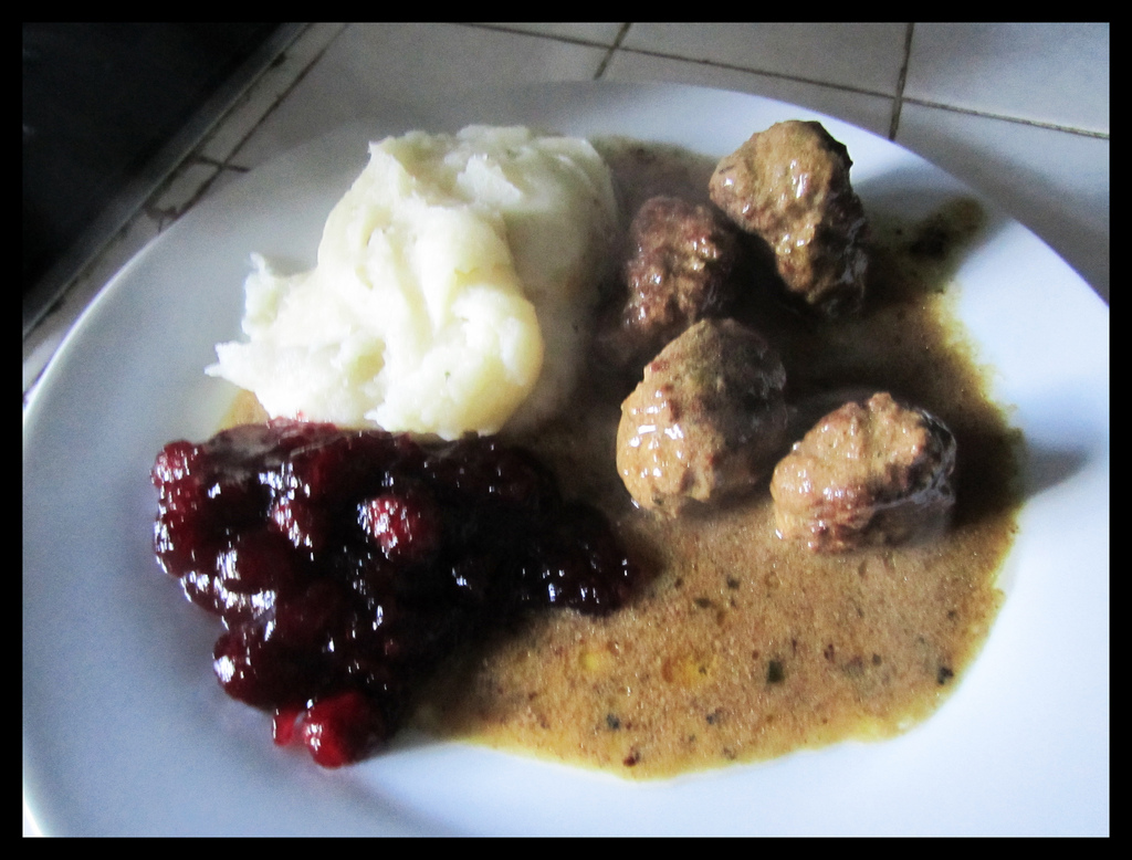 Kjøttkaker with mashed potatoes and cranberries
